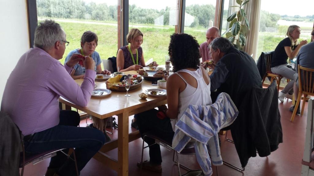 Buitenlandse wetenschappers lunchen met streekproducten