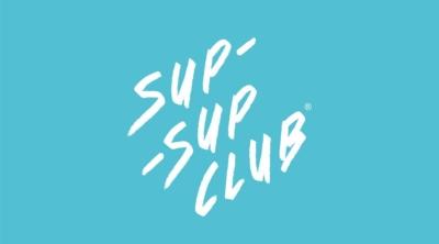 Tekst met de woorden SUP-SUP-CLUB schuin geschreven op blauwe achtergrond